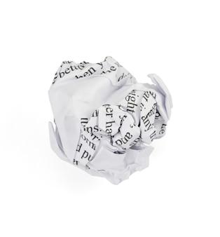 白い背景で隔離のしわくちゃの紙のボール