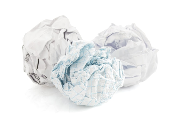 白い背景のしわくちゃの紙のボール