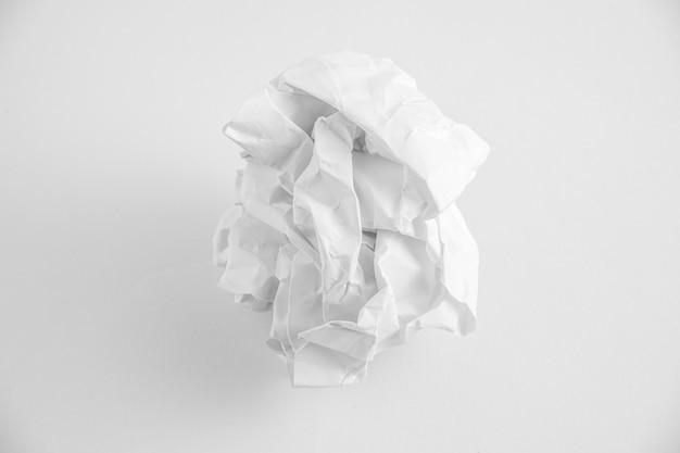 Мятые бумажные шарики на белом фоне