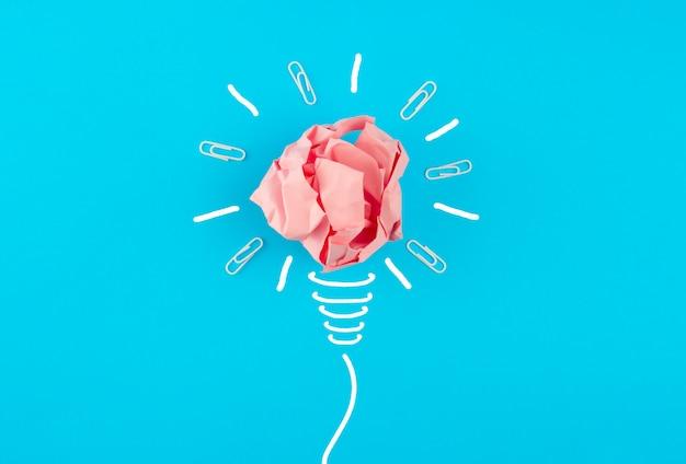 Мятая розовая бумага в форме лампочки