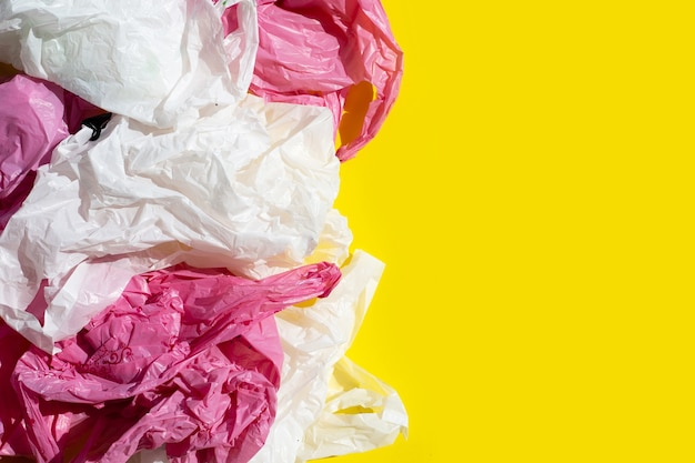 黄色い表面のしわくちゃのビニール袋