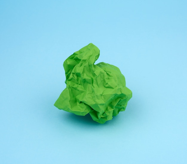 파란색 배경에 녹색 종이 구겨진 된 시트