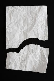 Мятой рваной бумаги, изолированные на черном