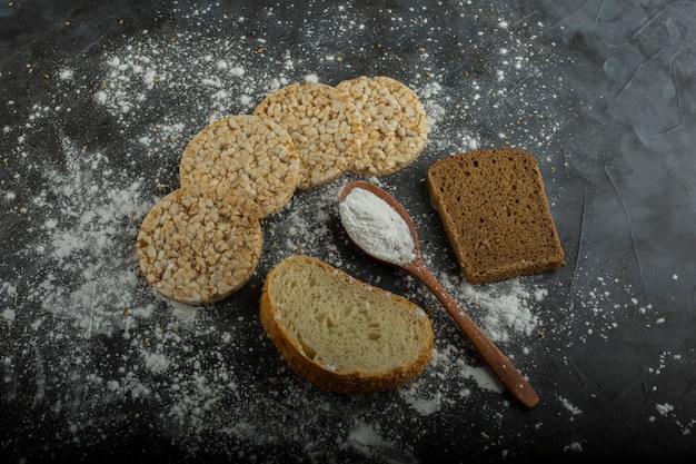 Pane dietetico croccante isolato sulla tavola di marmo con un libro delle ricevute a parte