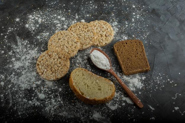 Хрустящий диетический хлеб, изолированные на мраморном столе с чековой книжкой в стороне