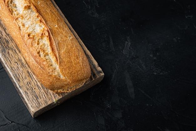 カリカリのフランスパン、黒の背景にテキスト用のコピースペース