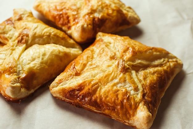 カリカリのパイ生地のパイ、自家製のベーキング、上面図。焼きたて。