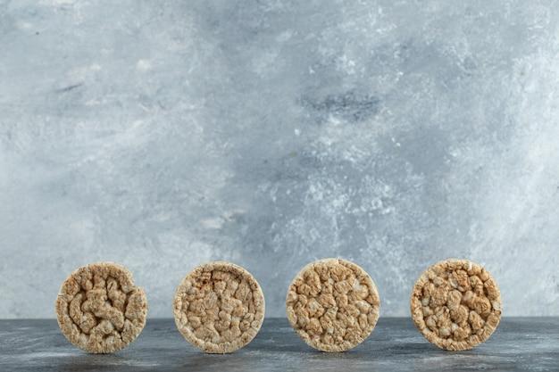 Хрустящие рисовые лепешки на мраморной поверхности