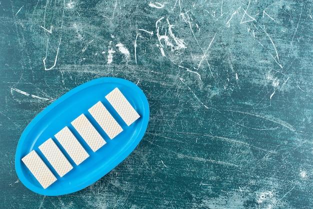 青いプレートにカリカリのバニラワッフル。