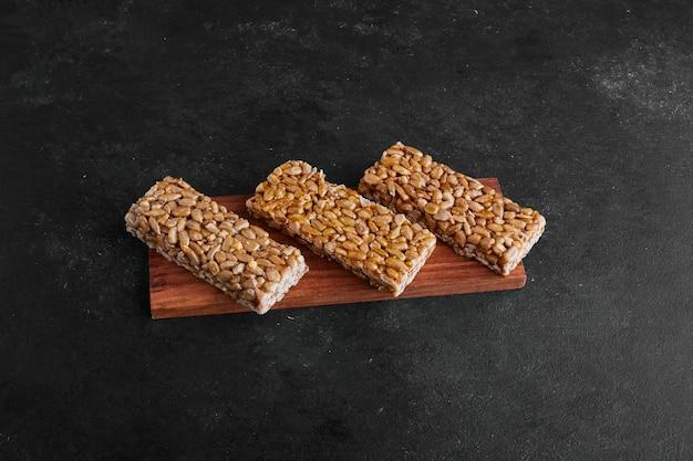 木製の大皿にカリカリの小麦ワッフル。