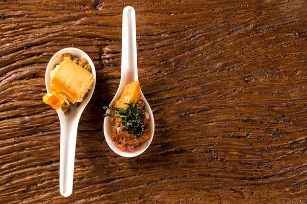 Хрустящий сырный мусс с кешью и орехами кешью и свиной миньон со сливочной канчихиньей и винегретом в ложке. вкус гастрономической еды руками