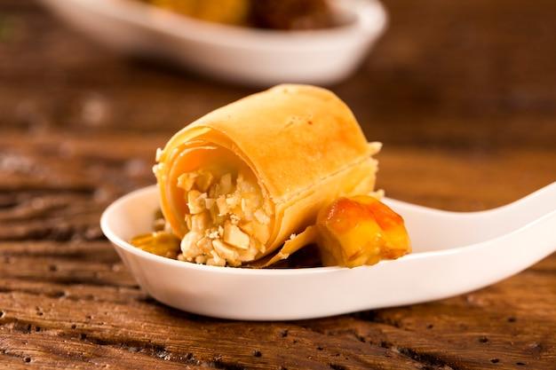 Хрустящие с сырным муссом, с кешью и орехами кешью в ложке. вкус гастрономической еды руками