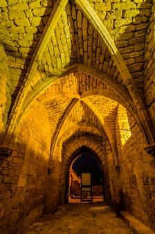 이스라엘의 가이사랴 마리 티마에서 고대 도시 벽에 십자군 문