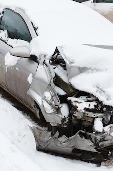 冬の屋外で雪の下で押しつぶされた車