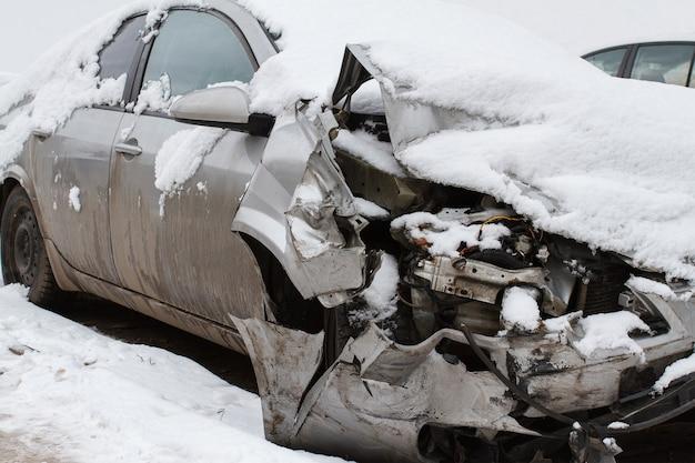 冬の道路で雪の下で押しつぶされた車
