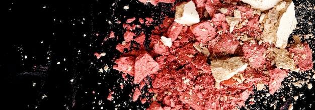 Измельченная косметика минеральные органические тени для век румяна и косметическая пудра, изолированные на черном фоне м ...
