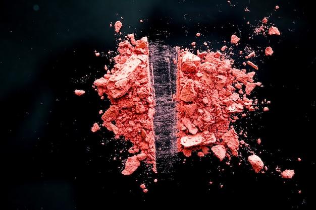 Измельченная косметика, минеральные органические тени для век, румяна и косметическая пудра, изолированные на черном фоне, дизайн плоского баннера для макияжа и красоты