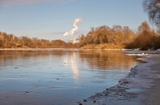 Корка льда, покрывающая реку в морозный день