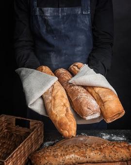 Хрустящие буханки хлеба, вид спереди