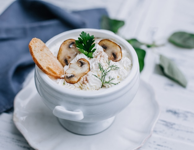 Crutone with mushrooms and cream