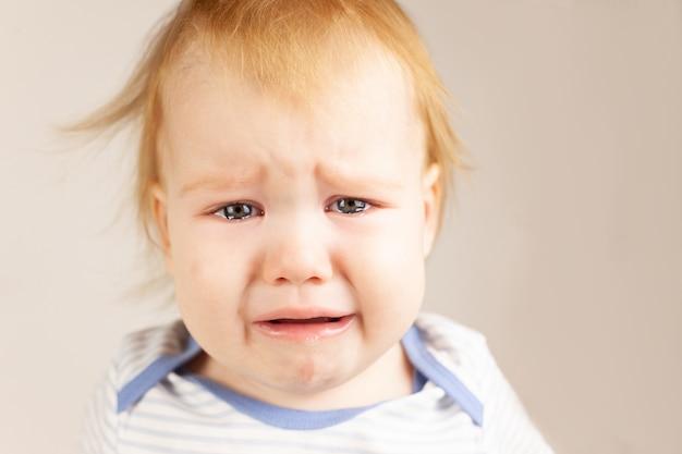 Плачущая девочка изолированный маленький ребенок плачет портрет
