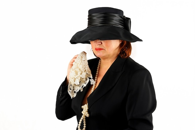 검은 장례식 드레스에 우는 기독교 아가씨