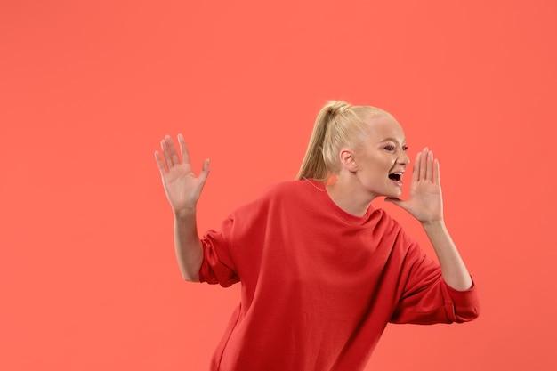 Плачущая эмоциональная женщина кричит на коралловой студии