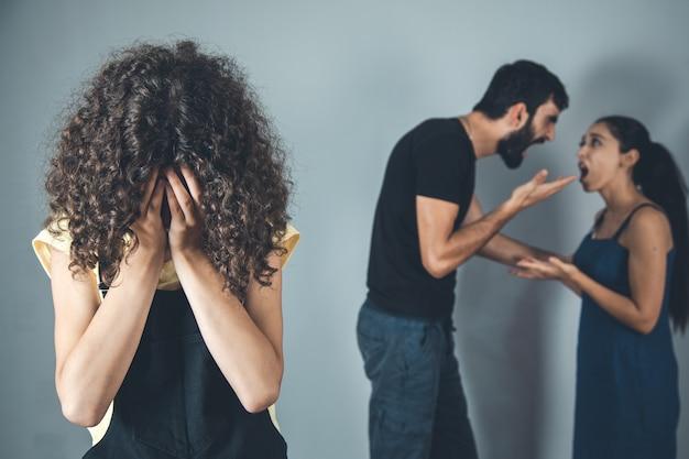 Плачущая девочка с родителями спорят дома