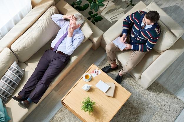 Плач старший мужчина в терапевтической сессии