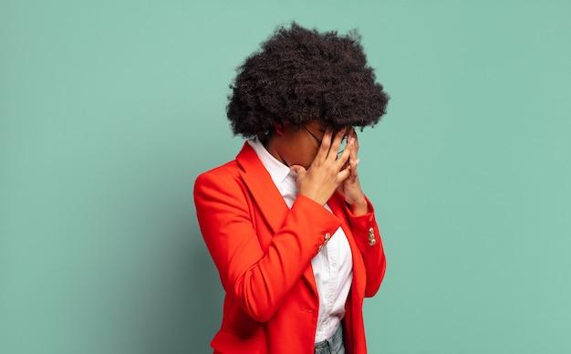 泣いている若い黒人女性