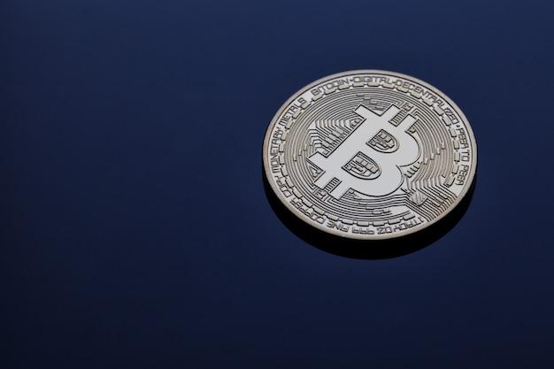 青い壁に暗号通貨ビットコイン