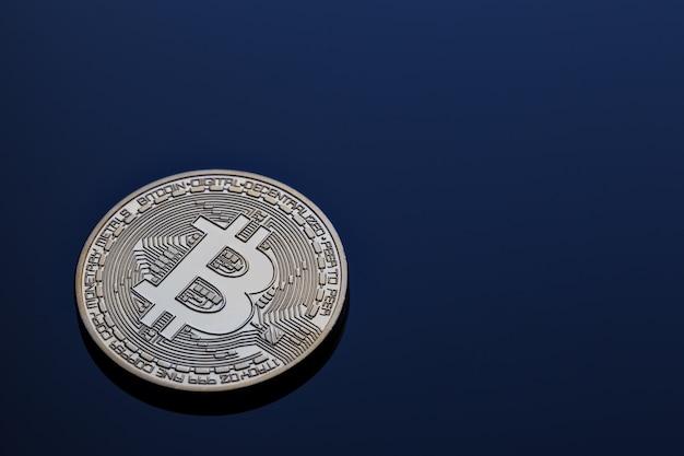 青い壁に暗号通貨ゴールデンビットコイン