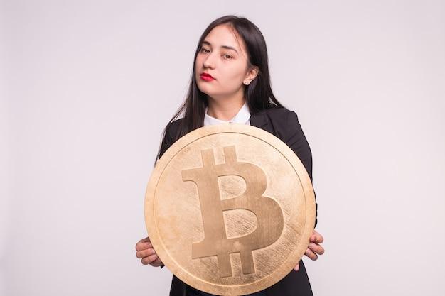 암호화 통화, 웹 머니 및 블록 체인 개념. 붉은 입술과 거대한 비트 코인을 가진 심각한 아시아 여자
