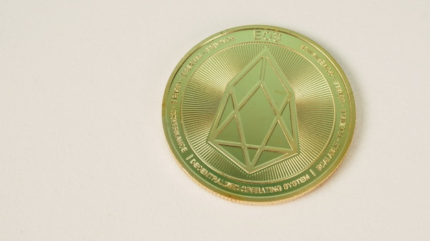 Название монеты криптовалюты eos на белом фоне.