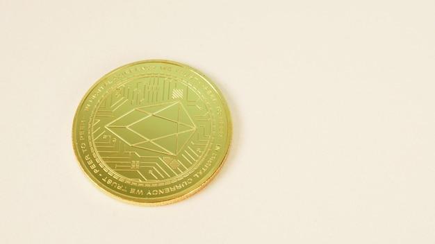Монета криптовалют на белом фоне.
