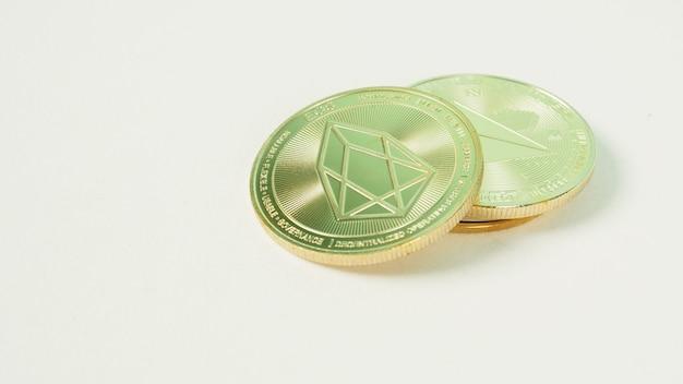 Монета криптовалют или цифровые валюты на белом фоне.