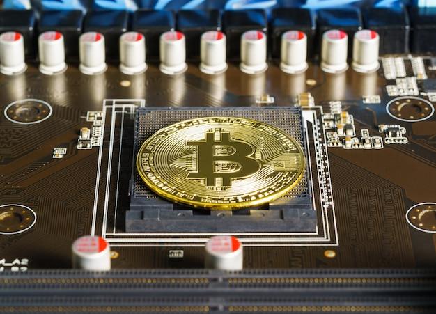 Монеты биткойн криптовалюты на монтажной плате. концепция майнинга биткойнов с технологией блокчейн