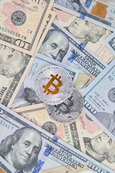 Биткойн криптовалюты на банкнотах долларов сша
