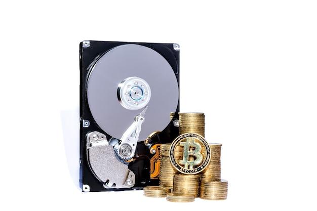 암호화폐 chia 및 채굴용 하드 디스크 서버. 새로운 암호 화폐 chiacoin 가상 돈 개념 흰색 배경에 고립.