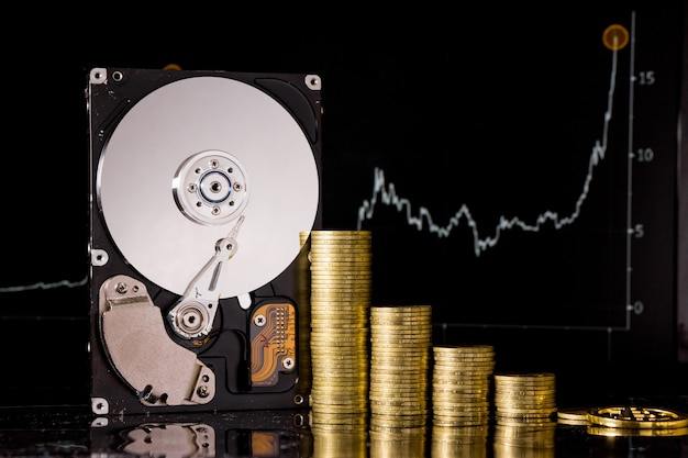 암호화폐 chia 및 채굴용 하드 디스크 서버. 검은 배경에 새로운 암호 화폐 chiacoin 가상 화폐 개념.