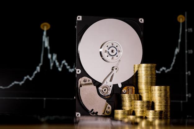 マイニング用の暗号通貨 chia とハードディスクサーバー。黒い壁に新しい暗号通貨 chiacoin 仮想通貨のコンセプト。