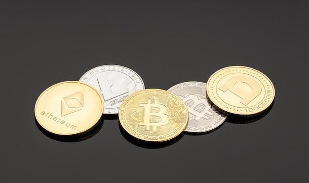Монеты криптовалюты на темной поверхности. деньги на блокчейне