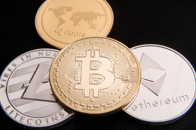Cryptocurrency concept 비트 코인, btc, ethereum, litecoins, 금색과 은색 동전