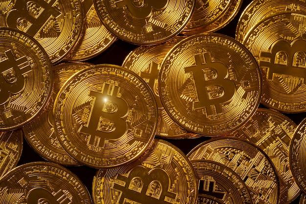 Концепция криптовалюты. биткойн на темном фоне