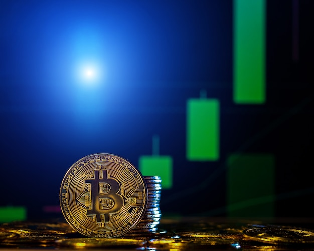 Концепция криптовалюты. биткойн с темным фоном биржевой диаграммы