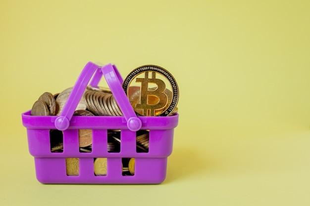 Cryptocurrency 디지털 지불 개념, 쇼핑 바구니에 은색과 황금색 물리적 디지털 암호화 돈 동전의 다양한.