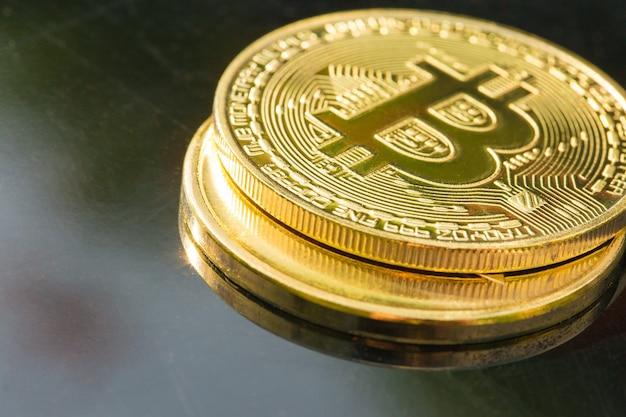 Криптовалюта золотые монеты bitcoin ethereum litecoin на фоне 100 доллара