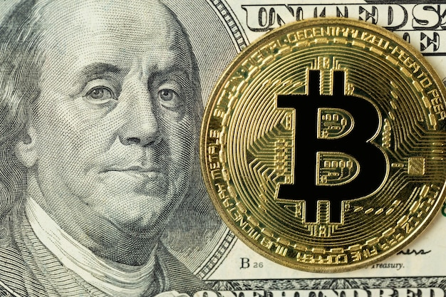 Золотые монеты криптовалюты - биткойн, эфириум, лайткойн