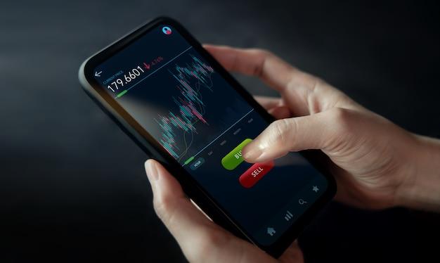 Cryptocurrency 투자 개념입니다. 휴대 전화를 사용하여 온라인 교환 플랫폼을 통해 bitcoin을 사고 파는 사람. 블록체인, 핀테크 기술. 금융 투자의 혁신. 근접 촬영