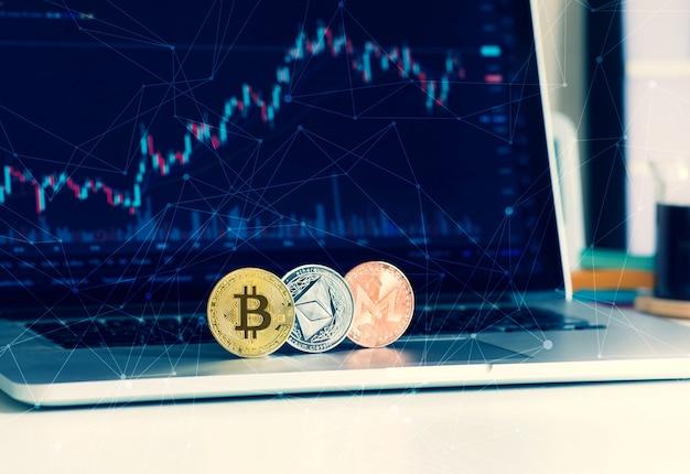 Криптовалюта с биткойнами, эфириумом на компьютере и графической диаграмме. блокчейн инвестиционных и финансовых технологий.